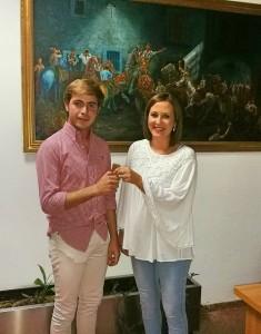 Entrega de llaves de la mayordoma saliente Maribel Reyes de San Anton 2015/2016 al mayordomo entrante Raul Asensio Ruiz para San Anton 2017/2018.